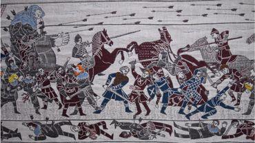 Une tapisserie monumentale de 87 mètres de long, célébrant la série Game of Thrones et inspirée de la tapisserie de Bayeux, est exposée depuis vendredi à Bayeux.