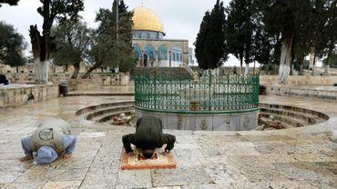 Des Palestiniens prient devant la mosquée Al-Aqsa à Jérusalem, le 20 mars 2020