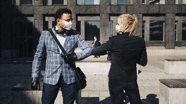 Non, le masque ne procure pas un faux sentiment de sécurité, avance une étude.