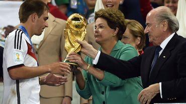 """La présidente brésilienne Dilma Roussef aurait préféré tendre la Coupe à Thiago Silva, capitaine de la Seleçao. Mais """"la défaite sportive ne gêne pas l'émergence de la 'puissance Brésil'"""", selon Pascal Boniface."""