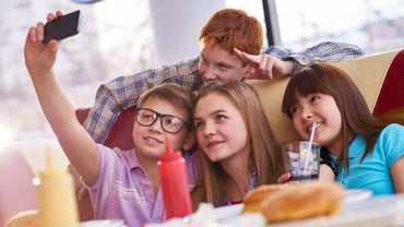 Les jeunes youtubeurs exposent aussi vos enfants à la malbouffe, alerte une étude.