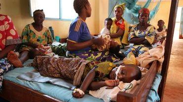 Un enfant souffrant de paludisme est hospitalisé à Nyarugusu,  au nord-ouest de la Tanzanie, le 11 juin 2015