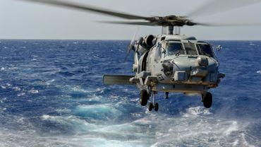 Hélicoptère de la marine en exercice.