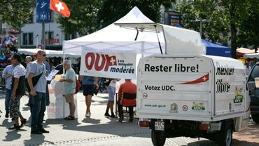 Des militants de l'Union démocratique du centre font campagne avant le vote sur la libre circulation avec l'UE, le 13 septembre 2020 à Genève