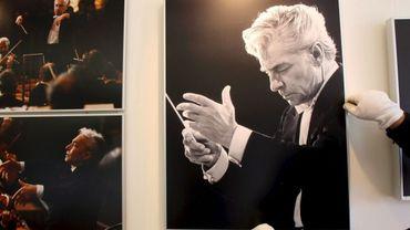 Un portrait du chef d'orchestre autrichien Herbert von Karajan
