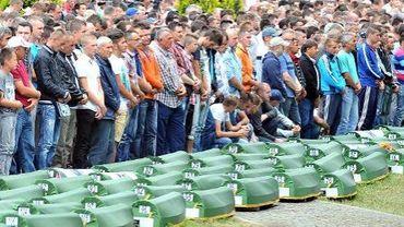Des musulmans de Bosnie et des survivants du massacre de Serbrenica en 1995 assistent à une cérémonie dans un cimetière à Potocari, le 11 juillet 2014
