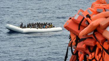 Une embarcation transportant des migrants en mer Méditerranée le 5 novembre 2016, au cours d'une opération de sauvetage menée par l'ONG maltaise Moas et la Croix rouge