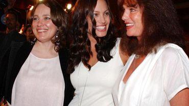 Angelina Jolie (au centre) en compagnie de sa mère Marcheline Bertrand (à gauche) et de sa marraine, l'actrice anglaise Jacqueline Bisset (à droite)