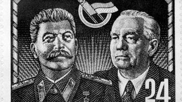 Un timbre de l'Allemagne de l'Est datant probablement de 1949, aux effigies de l'ancien leader soviétique Joseph Staline et du premier Président de la RDA, Wilhelm Pieck
