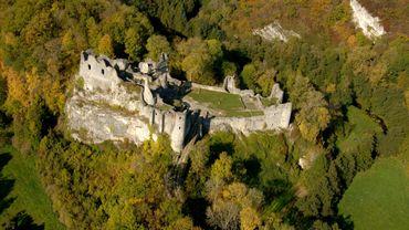 Plongée au Moyen-Âge avec les ruines de Château Fort de Montaigle