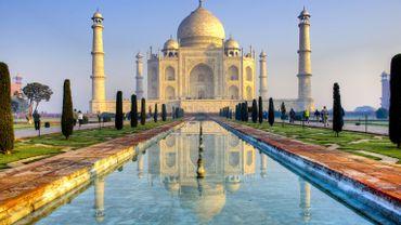Le Taj Mahal, mausolée de marbre bâti par l'empereur moghol Shah Jahan en mémoire de son épouse bien-aimée Mumtaz Mahal, morte en 1631, avait fermé mi-mars en raison de la pandémie.