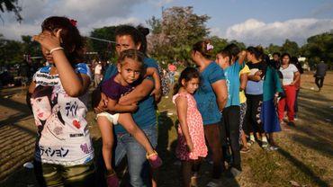 """Des migrants d'Amérique centrale participant à la caravane """"Migrant Via Crucis"""" qui se rend aux Etats-Unis font la queue à Matias Romero pour obtenir de la nourriture le 3 avril 2018."""