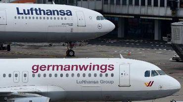 Deux avions, l'un de la compagnie allemande Lufthansa et un second de sa filiale low cost Germanwings, le 26 mars 2015 sur l'aéroport de Dusseldorf