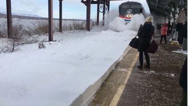 Quand un train entre trop vite dans une gare enneigée… (vidéo)