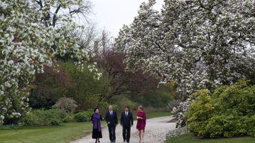 Le roi Philippe et la reine Mathilde se promenant dans le Domaine royal en compagnie du président chinois et de son épouse