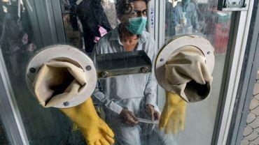 Dans cette photo prise le 23 juillet 2020, un homme attend d'être testé pour le nouveau coronavirus à Karachi. Au Pakistan, stigmatisation et théories conspirationnistes entravent la lutte contre la pandémie.