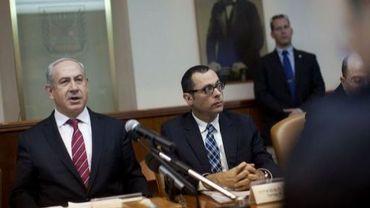 Le Premier ministre Benjamin Netanyahu (g) lors de la réunion hebdomadaire du conseil des ministres à Jérusalem, le 6 janvier 2013