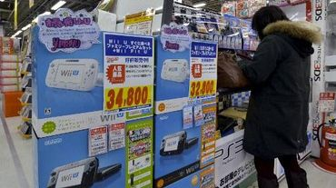 Un client face à un étalage de consoles de jeu Wii U de Nintendo, à Tokyo le 29 janvier 2014