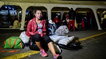 La migrante vénézuélienne Mariangela Ascaño patiente devant le bureau équatorien des migrations à la frontière entre la Colombie et l'Equateur, le 23 août 2018