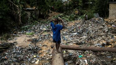 Dans un quartier de Kinshasa le 5 janvier 2018 après des inondations meurtrières, dont les sachets plastiques obstruant les canalisations et les cours d'eau sont l'une des causes
