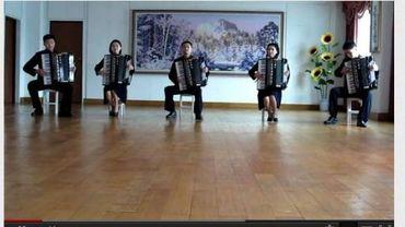 Cinq jeunes accordéonistes nord-coréens