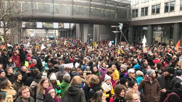 La foule rassemblée sur l'esplanade du Parlement européen.