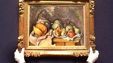 """Un employé de chez Christie's présente la """"Nature morte aux fruits et pot de gingembre"""" de Cézanne le 23 Juin 2000 à Londres."""