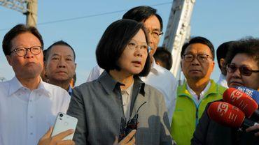 La présidente de Taïwan Tsai Ing-wen (c) à la gare de Xinma, le 22 octobre 2018 au lendemain d'un déraillement de train