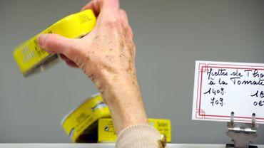 l'aide provisoire dans les épiceries sociales est fournie à des bénéficiaires de plus en plus jeunes ou de plus en plus âgés.