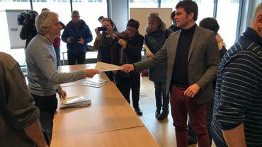 Le Forum citoyen de Namur a remis son Livre blanc aux élus locaux, ce vendredi. Un outil comprenant plus de 300 idées d'actions à réaliser et que les partis jugeront bon d'intégrer ou non dans leurs programmes respectifs. Des partis qui envisagent de reprendre en tout cas certaines propositions réalisables, tant sur le plan financier que sur le plan pratique.
