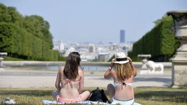 Illustration: deux femmes en maillot prennent le soleil dans un parc parisien