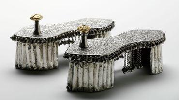 """""""Shoes: Pleasure and Pain"""": Paire de padukas de cérémonie de mariage en argent et or sur bois comportant un bouton d'orteil décoratif recouvert d'or, Inde, vers 1800"""