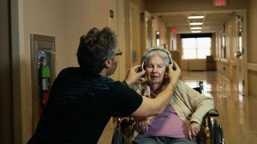 """""""Alive Inside"""" de Michael Rossato-Bennett raconte comme la musique peut réconforter les malades d'Alzheimer"""