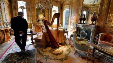 Une partie des 10.000 objets et meubles du Ritz, mis aux enchères à partir du 17 avril, est présentée au public chez Artcurial à Paris.