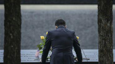 Un homme se recueille au mémorial du 11 septembre à New York, le 11 septembre 2018, 17 ans après les attentats.