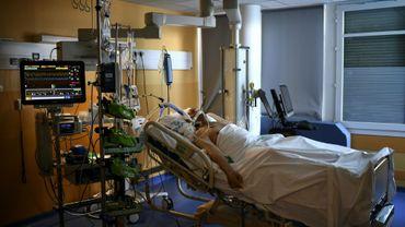 Un patient atteint du Covid dans un hôpital d'Antony le 2 avril 2021