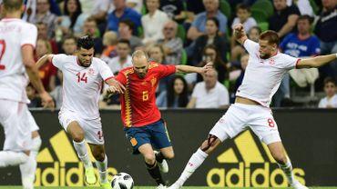Iniesta au milieu de deux joueurs tunisiens