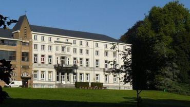 Niché dans un parc arboré, le Collège des Hayeffes ambitionne de devenir autonome en électricité.