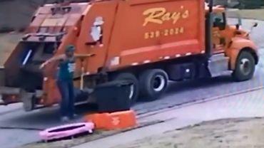 """Etats-Unis: un éboueur pris en flagrant délit de """"pause trampoline"""" durant son service (vidéo)"""