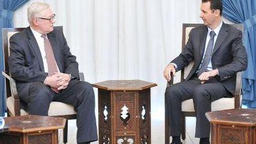 Photo fournie le 18 septembre 2013 par l'agence Sana montrant le président syrien Bachar al-Assad (d) recevant à Damas le vice-ministre russe des Affaires étrangères Sergueï Riabkov