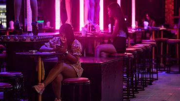 La quasi-totalité des 3.000 hôtels sont fermés et à Patong, centre de la vie nocturne et du sexe tarifé, seuls 5% des commerces sont encore ouverts.