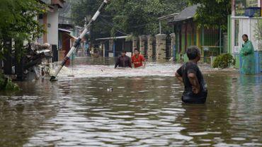 Les habitants de Jakarta tentent de se frayer leur chemin dans les rues inondées, le 20 février 2021.