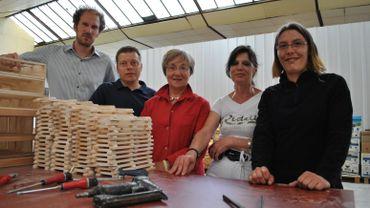 L'équipe de L'Etape et des bénéficiaires à l'atelier de menuiserie.