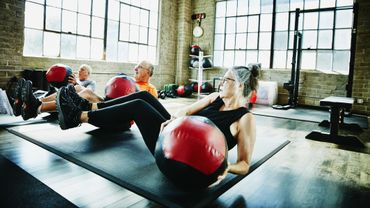 Les interactions sociales encouragent les seniors à maintenir une activité physique, y compris pendant le confinement.