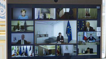 Une photo montre un écran d'une vidéoconférence entre les membres du Conseil européen, vue à l'Elysée à Paris, le 26 mars 2020