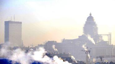 Ils sont 96médecins généralistes etspécialistes à signer un constat alarmant:la population bruxelloise vit dans un air malsain et dangereux. Tous les ans,632 personnes meurent prématurément en raison de la pollution à Bruxelles.