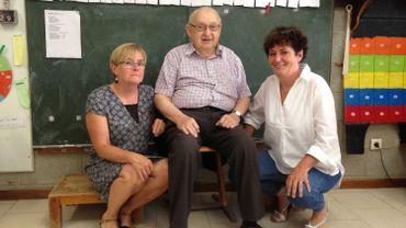 Georges Filée, l'ancien directeur de l'école communale de Fraiture , et ses deux filles : Geneviève, l'actuelle directrice (à droite), et Isabelle, institutrice maternelle (à gauche).