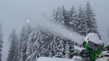 """Une étude menée auprès de 23 domaines skiables de l'Isère révèle que les investissements envisagés par les stations du département dans la neige de culture leur permettront de """"maintenir un niveau d'enneigement similaire à celui d'aujourd'hui"""" en"""