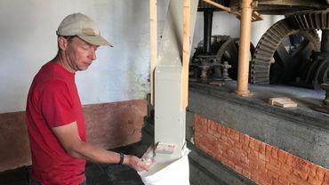Daniel Dussart moud la farine de manière complètement artisanale