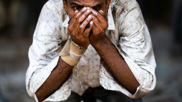 Un homme se désaltère à l'eau d'un robinet pendant les fortes chaleurs à New Delhi le 27 mai 2020